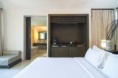 Det moderna sovrummet förbinder med badrummet, inredesign Arkivbild