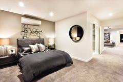Det moderna sovrummet med ett hall till annat hyr rum royaltyfri bild
