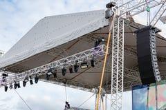 Det moderna strålkastaresystemet monterade på utomhus- etapp för performa Arkivbilder