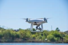 Det moderna surret, quadrocopter är i luften mot bakgrunden av himlen och gräset Royaltyfri Fotografi