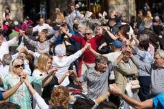Det mogna folket som dansar cirkeln, dansar lång sardana Royaltyfria Foton