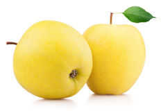Det mogna gula äpplet bär frukt med bladet som isoleras på vit arkivbilder