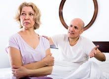 Det mogna paret grälar i säng Royaltyfria Bilder