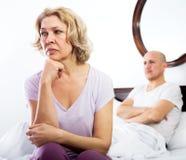 Det mogna paret grälar i säng Royaltyfria Foton
