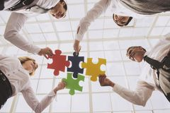 det monterande folket för jigsaw för affärsgrupp förbryllar white arkivbild