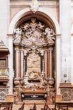 Det monumentala barocka carrara marmoraltaret inom Santaremen ser domkyrkan Arkivbilder