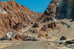 Det Moonlike landskapet av dyn, ojämn berg och geologiskt vaggar bildande av den Valle de laLuna Moon dalen i den Atacama öknen, arkivfoton