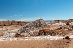 Det Moonlike landskapet av dyn, ojämn berg och geologiskt vaggar bildande av den Valle de laLuna Moon dalen i den Atacama öknen, royaltyfri fotografi