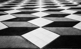Det mosaiska golvet ser som tredimensionellt men är lägenheten, under av golvet bakgrund 3d Royaltyfri Foto