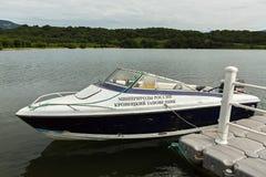 Det motoriska fartyget av naturskydd av den Kronotsky reserven förtöjas till pir på Kuril sjön Arkivfoto