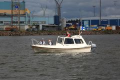 Det motoriska fartyget fortskrider den industriella zonen Vattenområdet av ‹för †porten av Kotka arkivfoton