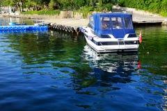 Det motoriska fartyget nära pir på medelhavs- turkisk semesterort Arkivbild