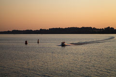 Det motoriska fartyget på solnedgången arkivbilder