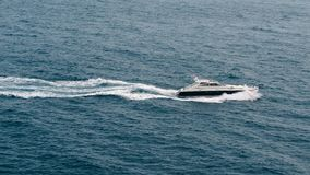 Det motoriska fartyget seglar vid havet stock video