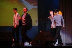 Det musikaliska dansnumret med ett nautiskt tema utförde vid skådespelarna av skådespelartruppen av den St Petersburg musikkorrid arkivbild