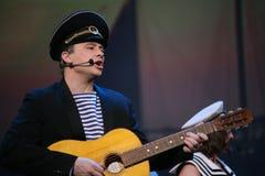 Det musikaliska dansnumret med ett nautiskt tema utförde vid skådespelarna av skådespelartruppen av den St Petersburg musikkorrid royaltyfria foton