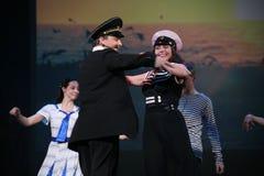 Det musikaliska dansnumret med ett nautiskt tema utförde vid skådespelarna av skådespelartruppen av den St Petersburg musikkorrid arkivfoton