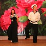 Det musikaliska dansnumret med ett nautiskt tema utförde vid skådespelarna av skådespelartruppen av den St Petersburg musikkorrid royaltyfria bilder