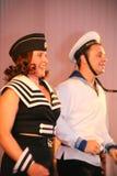 Det musikaliska dansnumret med ett nautiskt tema utförde vid skådespelarna av skådespelartruppen av den St Petersburg musikkorrid royaltyfri bild