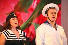 Det musikaliska dansnumret med ett nautiskt tema utförde vid skådespelarna av skådespelartruppen av den St Petersburg musikkorrid fotografering för bildbyråer