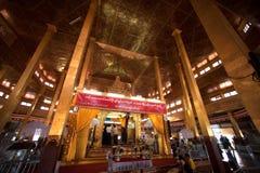 Det Myanmar folket förgyller bladet en liten Buddha Arkivfoto
