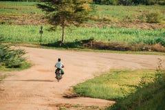 Det Myanmar folket rider motorcyklar med naturlig bakgrund i den arkeologiska zonen för den forntida templet r royaltyfri fotografi