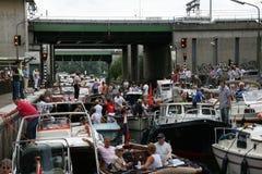 Det mycket fullsatta vattenlåset under seglar Amsterdam Royaltyfri Fotografi