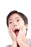 Det mycket gulliga barnet förvånade pojken som ser i väg från kamera Arkivfoton