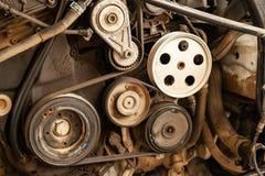 Det nära övre skottet av blocksystem- och drevbältet på en kraftig diesel eller bensin använde motorn med delar av bilen och medl arkivfoto