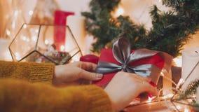 Det nära övre skottet av männens händer, som rymmer beautifully emballerade askar med gåvor, personen ska sätta dem under arkivfilmer