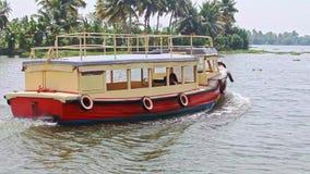 Det nära turist- fartyget seglar längs floden gömma i handflatan förbi i tropikerna lager videofilmer