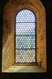 Det nätta blyade målat glassfönstret ställde in i tjocka stenväggar royaltyfria bilder