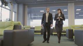 Det nätta folket går i flygplatsvardagsrumkorridoren lager videofilmer