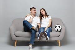Det nätta pekfingret för parmanpunkt på aamzed kvinnafotbollsfan hurrar upp det favorit- laget för service med fotbollbollen royaltyfria foton