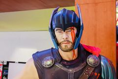 Det n?ra ?vre skottet av THOR Ragnarok superheroes figurerar, i att sl?ss f?r handling Thor som visas i amerikanska humorb?cker v royaltyfri foto