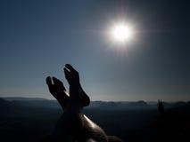 Det nakna manliga bentagandet vilar på maximum utomhus- aktiviteter Royaltyfri Fotografi