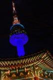 Det Namsan Seoul tornet på natten tände i blått Arkivfoto