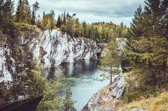 Det nationella Highlandet Park Ruskeala i republiken av Karelia, Ryssland Ryskt turismbegrepp Härlig höst Royaltyfria Bilder