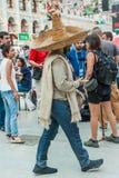 Det nationella huset för mexikan fläktar i Gostiny Dvor Beröm av dagen av dödaen Deltagarna av karnevalet i sombrero royaltyfri foto