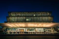 Det nationella museet av afrikansk amerikanhistoria och kultur p? natten, i Washington, DC royaltyfria foton