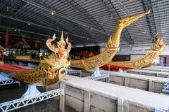 Det nationella museet av kungliga personen rusar in Bangkok Arkivbilder