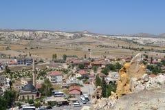 Det naturliga landskapet och husen av den Cappadocia regionen Arkivbilder