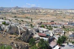 Det naturliga landskapet och husen av den Cappadocia regionen Arkivfoto