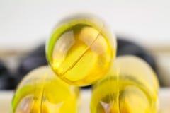 Det naturliga mattillägget, guling stelnar preventivpilleren, fettsyraomega 3 kapslar, fiskolja, makrobild Royaltyfri Fotografi