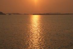Det naturligt av sjön på soluppgång arkivfoton