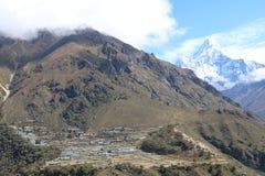 Det nepalesiska berget Ama Dablam är ett berg i det Himalaya området arkivfoton