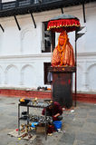 Det nepalesiska folket ber med den Hanuman statyn på den Basantapur Durbar fyrkanten Arkivbilder