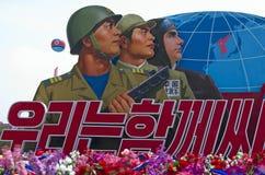 Det nordkoreanska soldatplakatet på militären ståtar i Pyongyan Royaltyfria Bilder