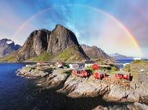 Det norska fiskeläget förlägga i barack med regnbågen, Reine, Lofoten Isla Arkivbilder
