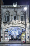 13 det November 2014 Burlington gallerit shoppar på den Picadilly gatan, London som dekoreras för jul och nytt 2015 år, England Royaltyfri Bild